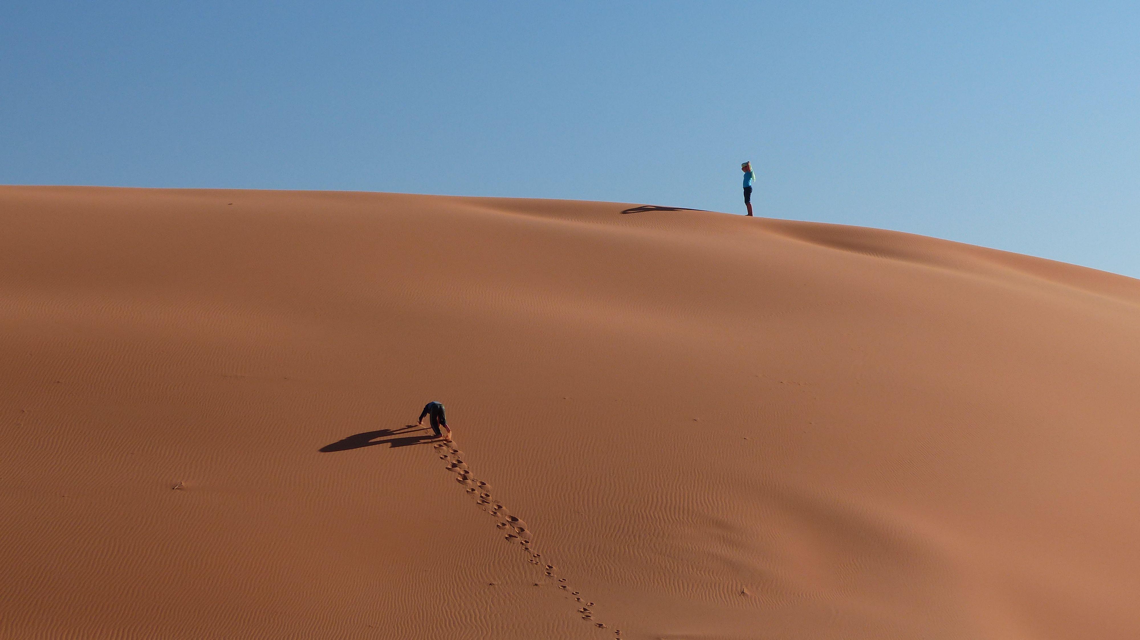 steep sand dune pursued - HD4000×2248